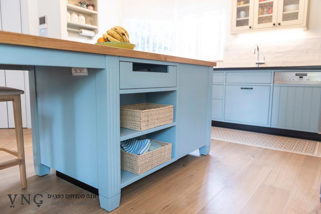 אי כחול במטבח כפרי