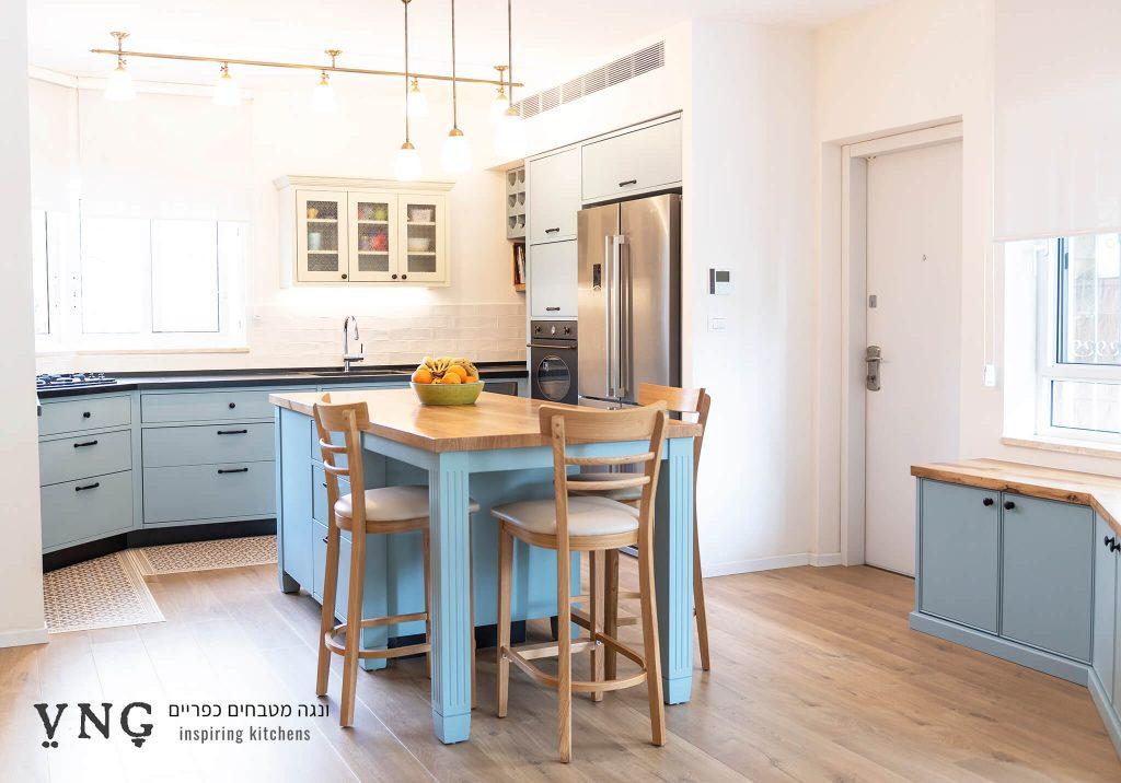 מטבח כפרי כחול אם אי משולב ישיבה ואחסון
