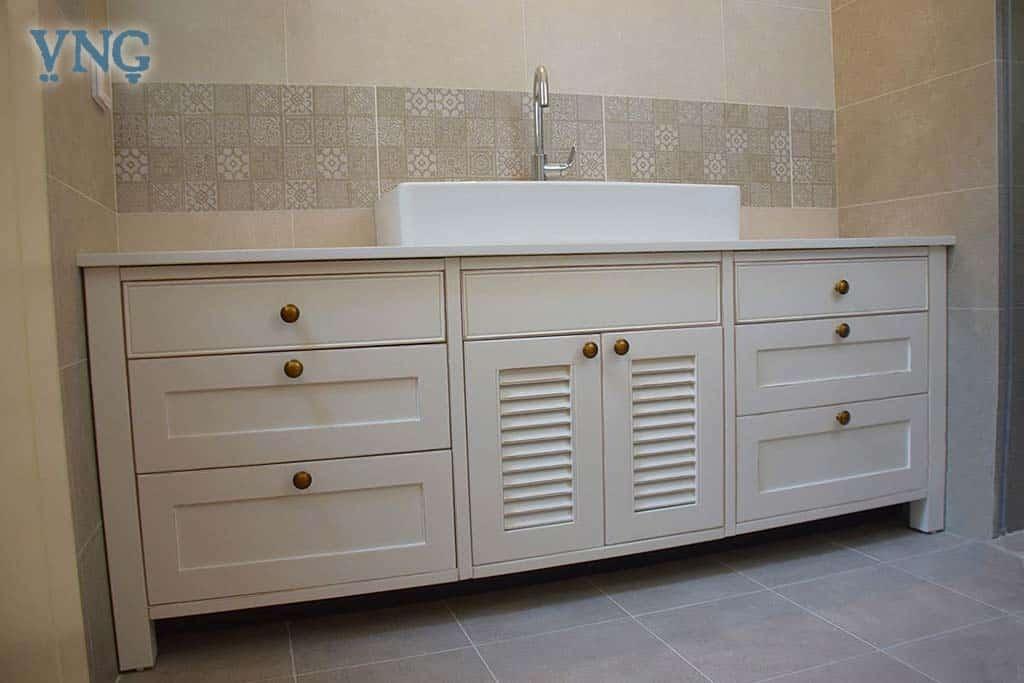 ארון אמבטיה שמנת עם דלת תריס