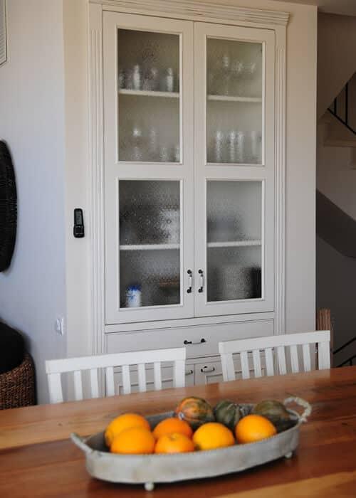 מזנון כפרי עם דלתות זכוכית