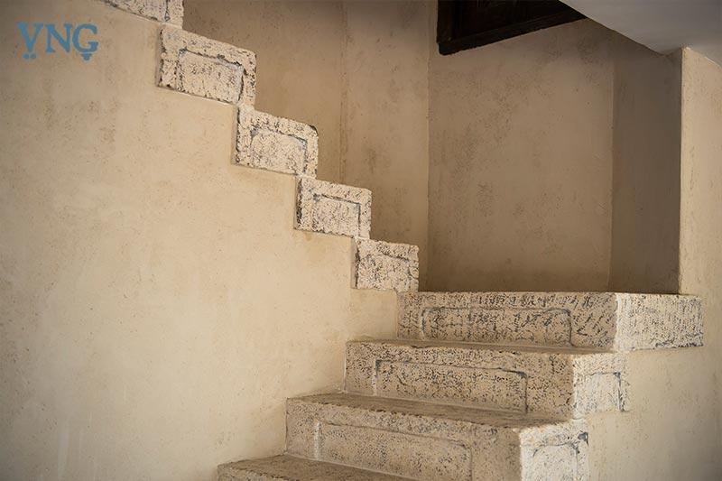 מדרגות אל המטבח הכפרי של בשמת וקובי