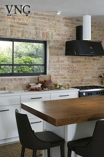 מטבח כפרי לבן בסגנון מודרני עם אי למטבח כולל אחסון וישיבה