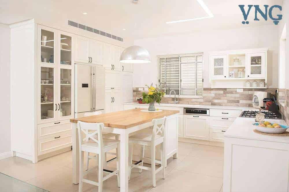 אי למטבח, במרכז המטבח עם כסאות בר