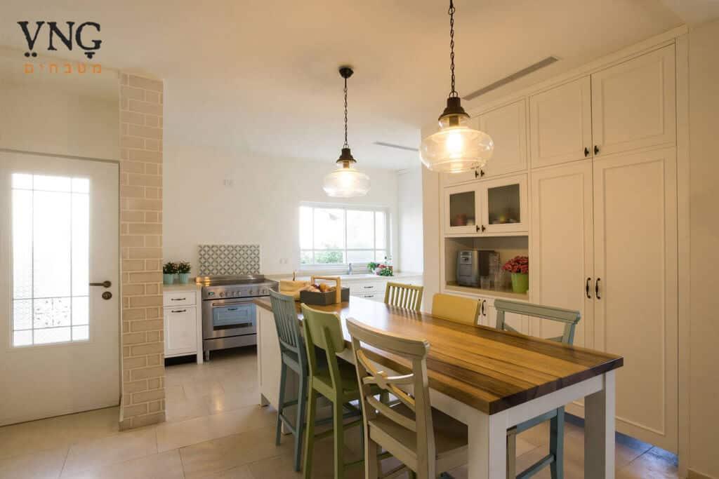 מטבח כפרי מודרני עם אי למטבח כפרי משולב ישיבה ואחסון