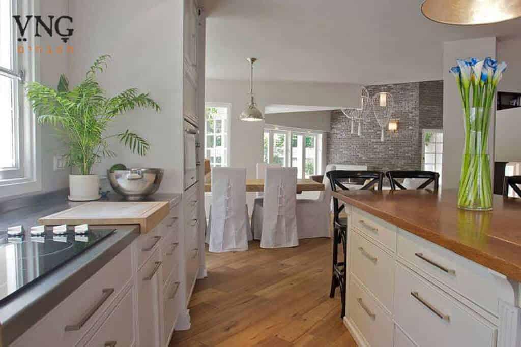 מטבח כפרי מודרני שמנת חזיתות חלקות אי למטבח כפרי עם משטח עבודה עץ