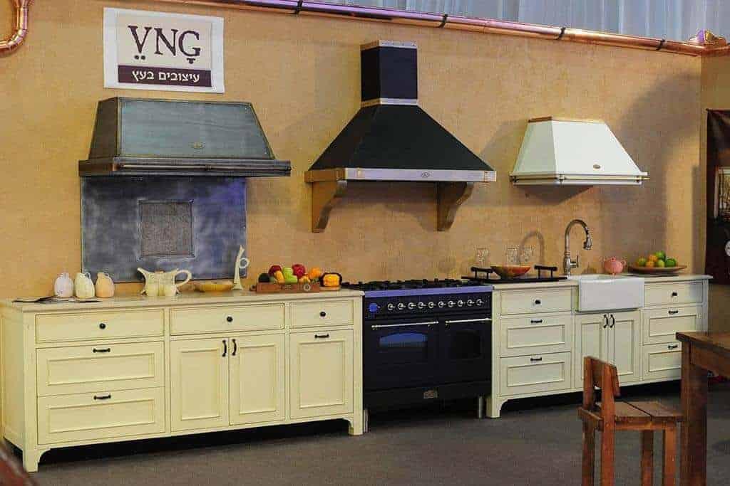 מטבח פרובנס בעיצוב כפרי בגוונים טבעיים מתוך תערוכת קאזה בגני התערוכה