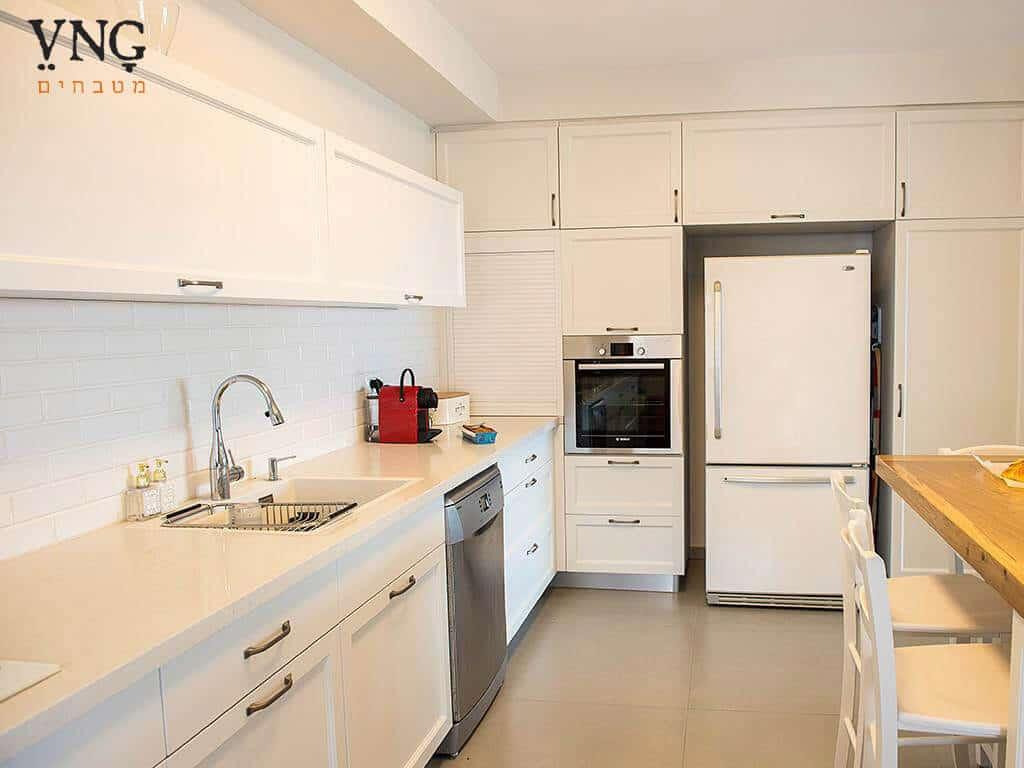 מטבח כפרי לבן עדין, מבט לארונות המטבח, מעצבת: רונית גרינהולץ