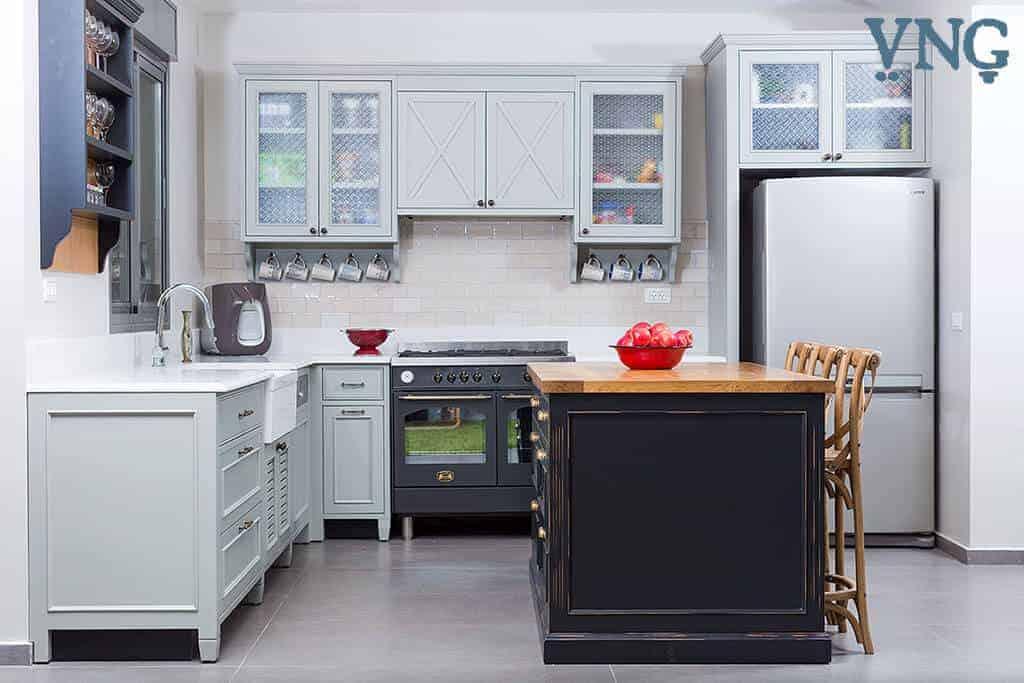 חזית מרכזית במטבח פרובנס מודרני אפור