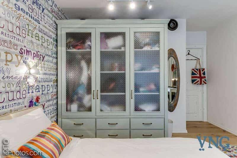 חדר שינה לילדים עם ארון מעץ מלא וזכוכית סבתא