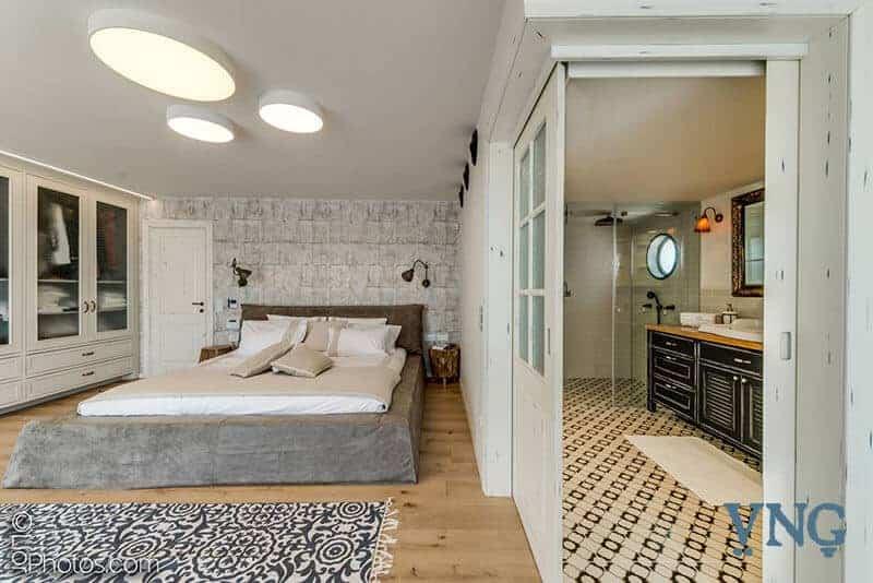 הצצה לחדר שינה ואמבטיה בסגנון כפרי
