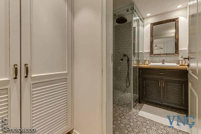 הצצה לחדר אמבטיה בסגנון כפרי