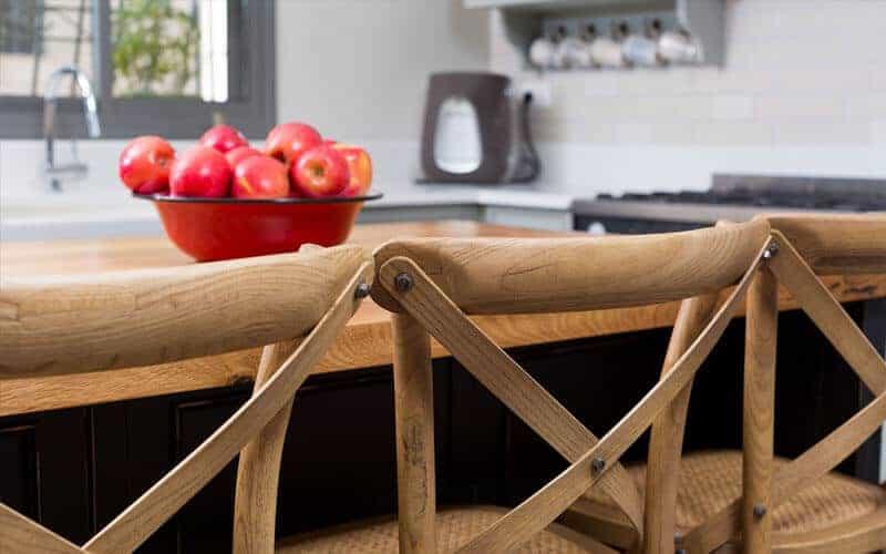 אי למטבח עם כסאות בר מעץ בבסגנון פרובנס