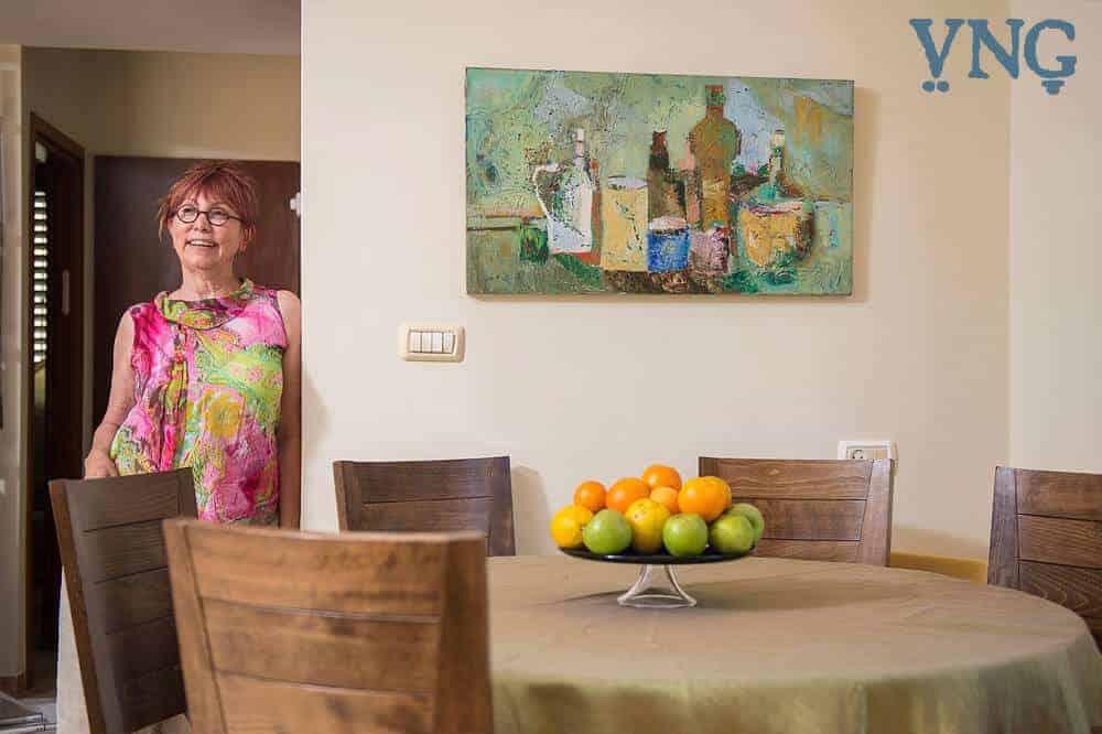 פינת האוכל עם ציור והיוצרת