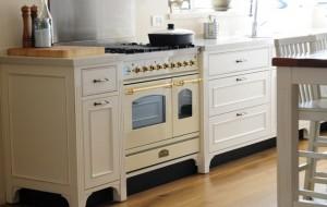 מטבח לבן עם שילובי עץ טבעי ונירוסטה