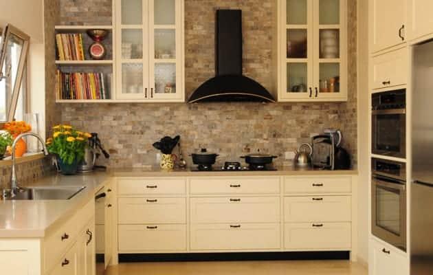 מטבח כפרי לבן עם חיפוי קיר אריחים ואיבזור מודרני